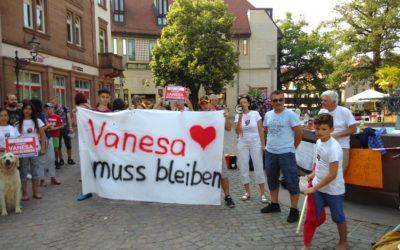 Demo für Familie Sherifi vor dem Ettlinger Rathaus